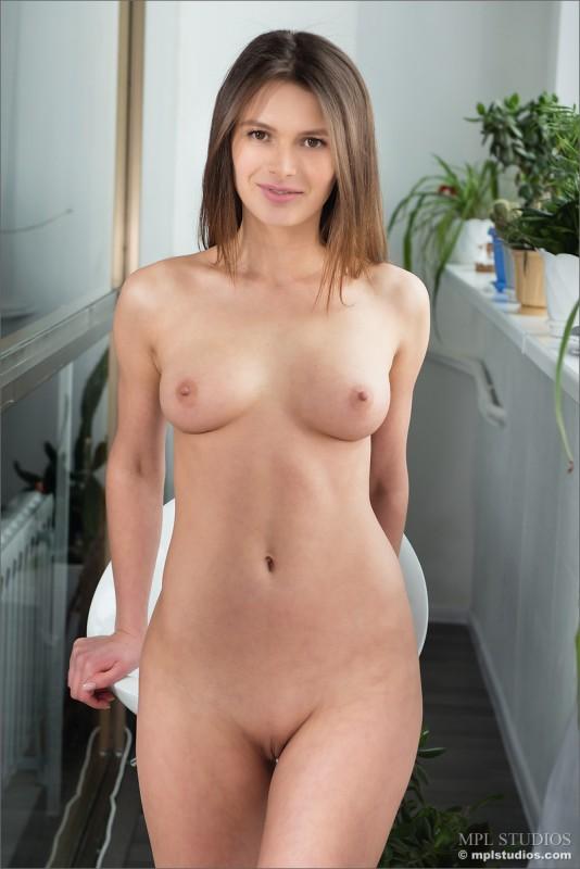 curvy nude babe